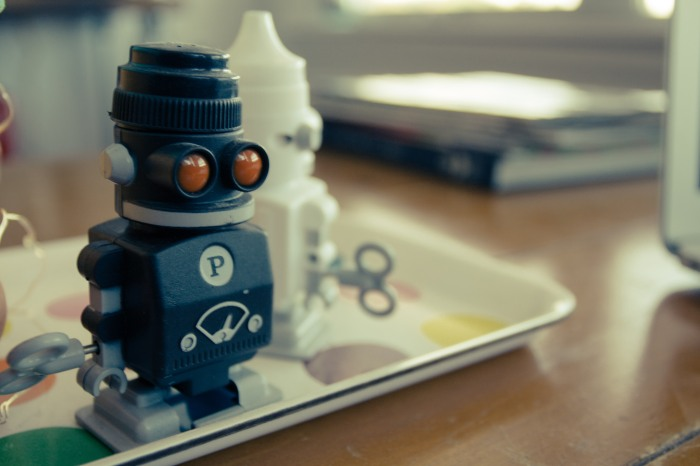 robot_salt_and_pepper_shakers_coffee_table